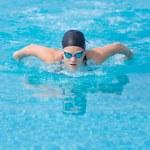 Girl swimming butterfly stroke style — Stockfoto