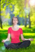 Young woman doing yoga-übungen — Stockfoto