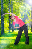 Woman doing sport exercises outdoors — 图库照片