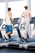 Woman and man at gym exercising. — Stockfoto