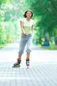 Sporty girl in park on inline skate — Stockfoto