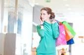Nákupní žena s telefonem a barevné tašky — Stock fotografie