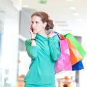 Mulher com telefone e cor de sacos de compras — Fotografia Stock