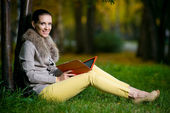 Woman using a tablet computer in park — Stock Photo