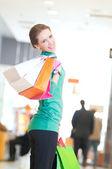 Alışveriş merkezinde alışveriş torbaları kadınla — Stok fotoğraf