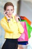 Shopping kvinna med telefon och färg-väskor — Stockfoto
