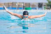 Garota nadando o estilo borboleta stroke — Fotografia Stock