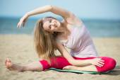 Young lady practicing yoga. — 图库照片