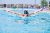Девушка плавать стилем Баттерфляй — Стоковое фото