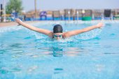 年轻女孩游泳蝴蝶描边样式 — 图库照片