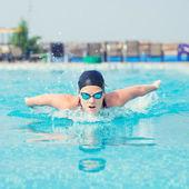 Ung flicka simma fjärilsim stil — Stockfoto