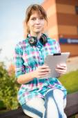 Φοιτητής όμορφη νεαρή γυναίκα με μπλόκ σημειώσεων. Εξωτερική φοιτητής. — Φωτογραφία Αρχείου