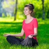 年轻女子做瑜伽练习 — 图库照片