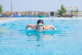 Jovem garota nadando o estilo borboleta stroke — Fotografia Stock