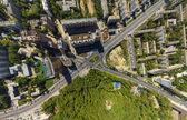 Vista aerea del centro cittadino. Crocevia, case, edifici e parchi. — Foto Stock