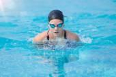 Giovane ragazza nuoto stile farfalla stroke — Foto Stock