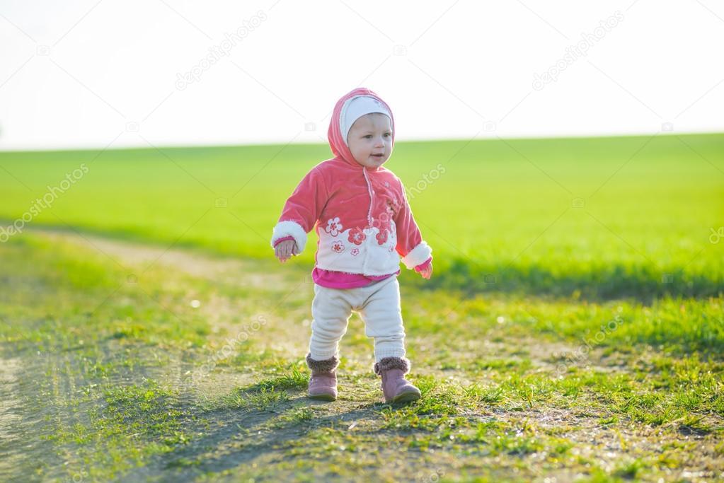 Играть девочку ходить