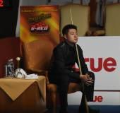Bangkok, tailandia - sep 4:liang wenbo cinese in azione durante sangsom sei rosso-campionato del mondo 2014 al montien riverside hotel su 4 settembre 2014 a bangkok, thailandia. — Foto Stock