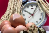 Still life with Eggs and eggshells, old broken alarm clock, padd — Stock Photo