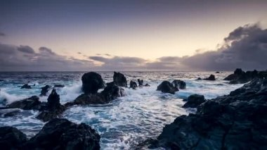 Sunset with waves hitting the rocks, Magic Lantern RAW video — Stock Video