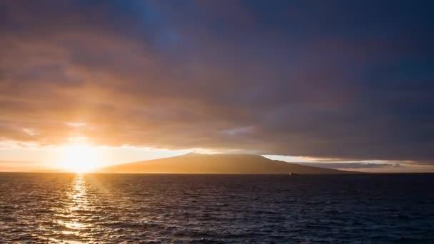 Fuerte amanecer con nubes en el volcán pico — Vídeo de stock