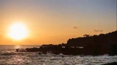 Sunset on the rocky shoreline — Stock Video