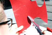 Cutting heart shape out of red paper — Fotografia Stock