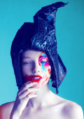 Muhteşem bir kadın yüzü parlak makyaj ile. Yakın çekim portre — Stok fotoğraf