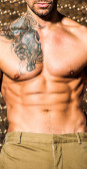 Vacker muskulös man poserar mot goldt elegant bakgrund — Stockfoto