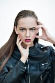 Мода девушка с розовыми губами, позирует в черную кожаную куртку — Стоковое фото