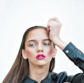 黒い革のジャケットでポーズをとってピンクの唇とファッションの女の子 — ストック写真