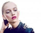 Mode meisje met roze lippen poseren in zwart lederen jas — Stockfoto