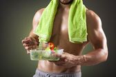 Fitness man eating salad — Stockfoto
