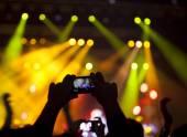 Lidé se těší rockový koncert a fotí s mobilní telefon — Stock fotografie