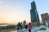 People next to the Tuntex Sky Tower watching the Sunset . — Stock Photo