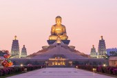 Sunset at Fo Guang Shan, the biggest buddist temple of Kaohsiung in Taiwan. — Stock Photo