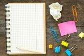 En vit tom anteckningsbok och penna — Stockfoto