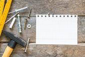 Notebook e strumenti di costruzione — Foto Stock