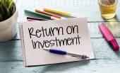 Notatnik z zwrot z inwestycji — Zdjęcie stockowe