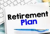 Notizblock mit Pensionsplan und Tastatur — Stockfoto