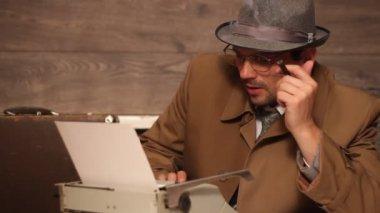 Man  typing on a typewriter — Stockvideo