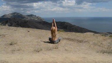 Woman meditating on mountain — Vídeo de Stock