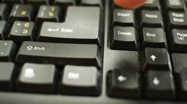 Ruky stisknutí klávesy Delete — Stock video