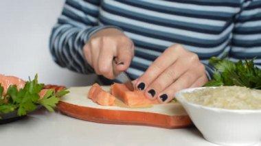 Female hands cutting salmon — Stock Video