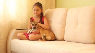 Bambina con un cucciolo — Video Stock