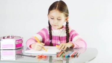 Menina na mesa de desenho — Vídeo stock