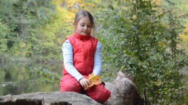 Girl in autumn forest — Stock Video