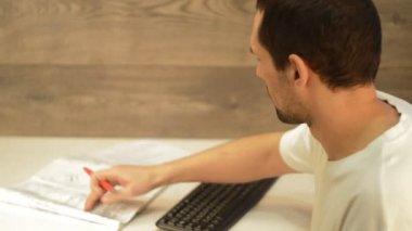 Adam belgeleriyle çalışma — Stok video