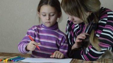 Niña dibujando con madre — Vídeo de stock