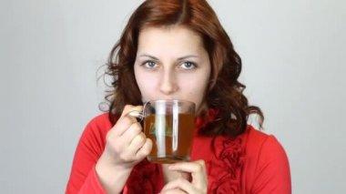Mooie vrouw het drinken van thee — Stockvideo